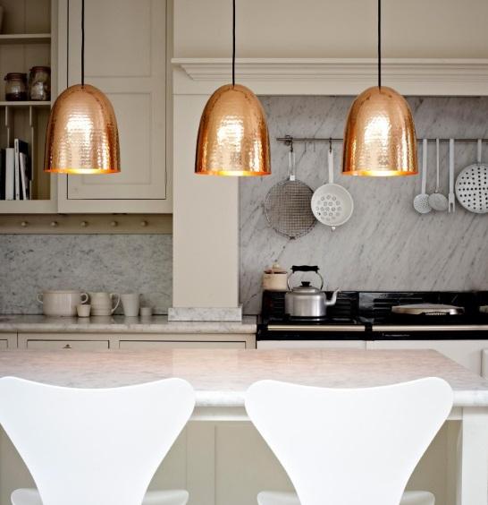 Jak oświetlić wyspę kuchenną i stół w salonie Meble do